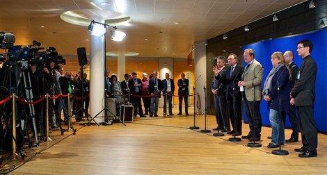 Die Verhandlungsführer der Arbeitnehmer/innen treten vor die Presse.