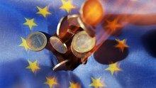 Euros und Europa-Flagge