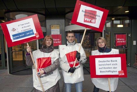 Postbank-Beschäftigte demonstrieren