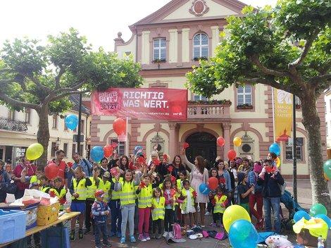 Solidarisch – Eltern und Kinder picknicken in Rastatt mit den Erzieherinnen und Erziehern und fordern die Aufwertung ihrer Berufe