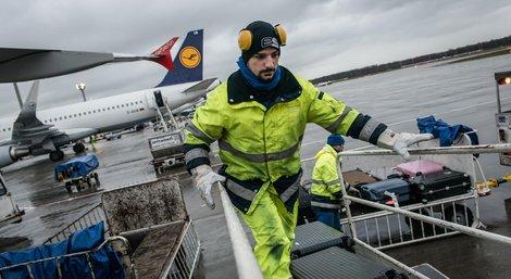 Beladen, entladen, den Einstieg der Passagiere sichern - die Arbeiten der Bodenverkehrsdienste sind vielfältig und anstrengend
