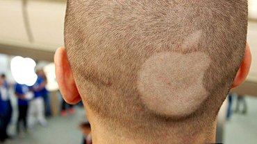 Junger Mann mit rasiertem Apple-Logo auf dem Hinterkopf vor dem neuen Apple-Store in Sindelfingen