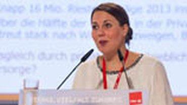 Jutta Schmitz vom Institut Arbeit und Qualifikation der Uni Duisburg-Essen referiert zum Thema Altersarmut