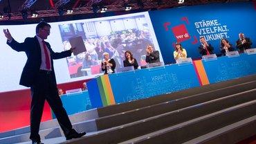 Philip Jennings, links, Generalsekretär der Gewerkschaftsinternationalen UNI Global Union, begeistert die Delegierten.