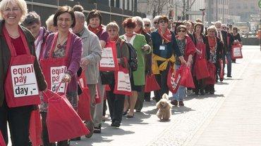 Frauen demonstrieren für gerechte Bezahlung