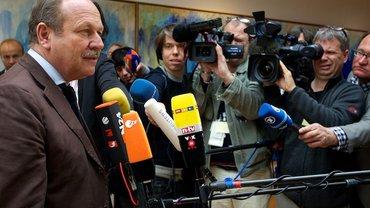 Frank Bsirske vor Kameras und Mikros