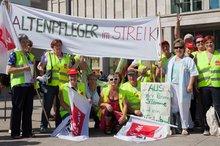 Beschäftigte Alpenland demonstrieren auf dem Berliner Alexanderplatz