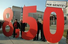 Gewerkschaften demonstrieren im Februar 2011 vor dem Bundeskanzleramt gegen den Missbrauch von Leiharbeit.
