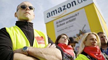 Amazon-Beschäftigte schauen ihrem Forderungspaket nach