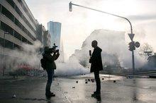 Bilder, die um die Welt gehen – Rauch im Frankfurter Bankenviertel zur Eröffnung der neuen EZB