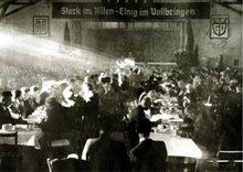 Sonnenstrahlen erhellen den Versammlungsraum: das Straßenbahner-Waldheim in Stuttgart Ende Januar 1949