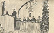 Carl Stenger bei seinem Vortrag, im Hintergrund die Leitung des Gewerkschaftstages