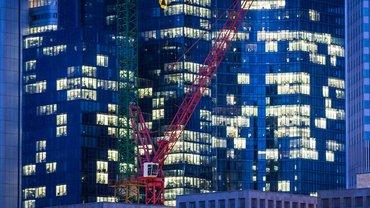 Die Commerzbank will den Konzern umbauen und gibt am Rande einer Aufsichtsratssitzung Stellenabbaupläne bekannt. ver.di fordert, den Beschäftigten nicht mit betriebsbedingten Kündigungen zu drohen.