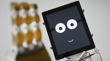 Roboter James nimmt Bestellungen entgegen und geht auf die sozialen Bedürfnisse seines Gegenübers ein, aber was arbeitet dann der richtige James?