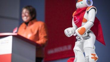 Inzwischen reagieren Roboter intuitiv – dieser begrüßte die Teilnehmer/innen der ver.di-Digitalisierungskonferenz 2016