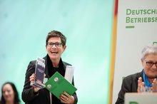Beim Wettbewerb um den Betriebsrätepreis 2016 gewann der Betriebsrat des Klinikums Esslingen den Sonderpreis in der Kategorie Beschäftigungssicherung. Seine Vorsitzende Beate Müller nahm den Preis entgegen.