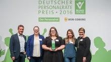 DGB-Jugendsekretär Florian Haggenmiller (li.) überreicht den Sonderpreis der DGB-Jugend beim Deutschen Personalräte-Preis 2016  an die Gesamt-JAV der Landeshauptstadt München