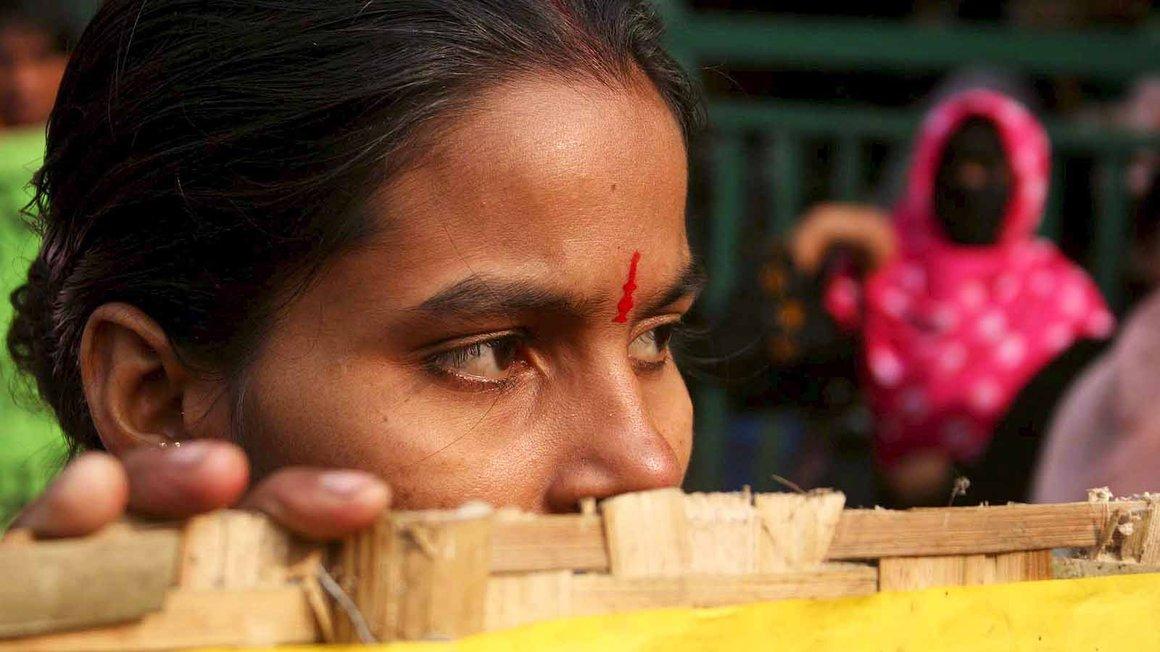 Die Polizei geht mit Gummigeschossen auf sie los – protestierende Textilarbeiterinnen in Bangladesch
