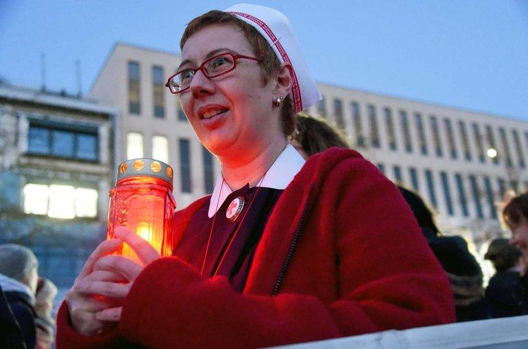 Endlich gleichgestellt: DRK-Schwester aus Kiel bei einer Demonstration