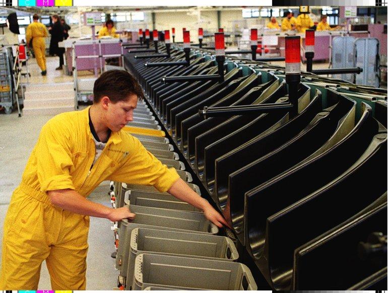 Postmitarbeiter beim Verteilen der Post