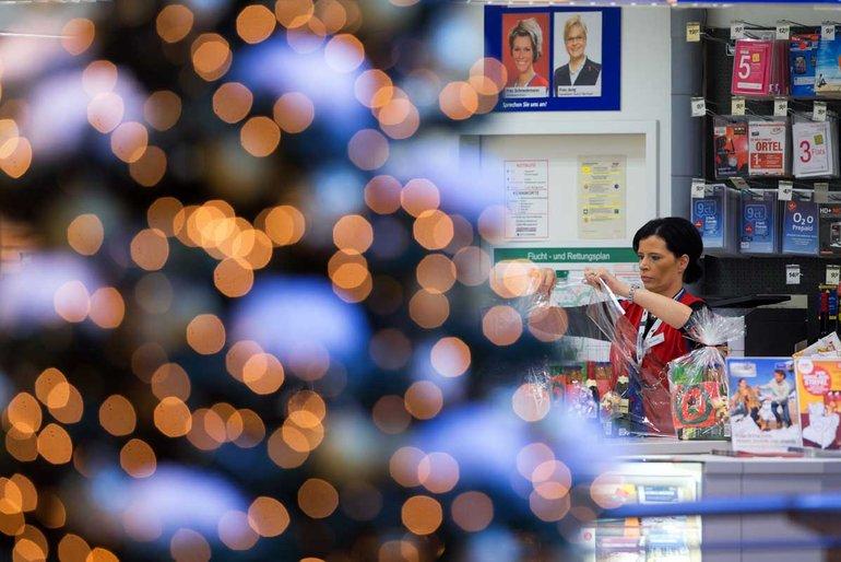 Stressig und Kräfte zehrend: Verkäuferin in der Weihnachtszeit