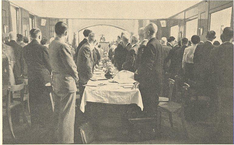 Die Delegierten erheben sich zum Zeichen ihres Willens zur Vereinigung der Deutschen Postgewerkschaften