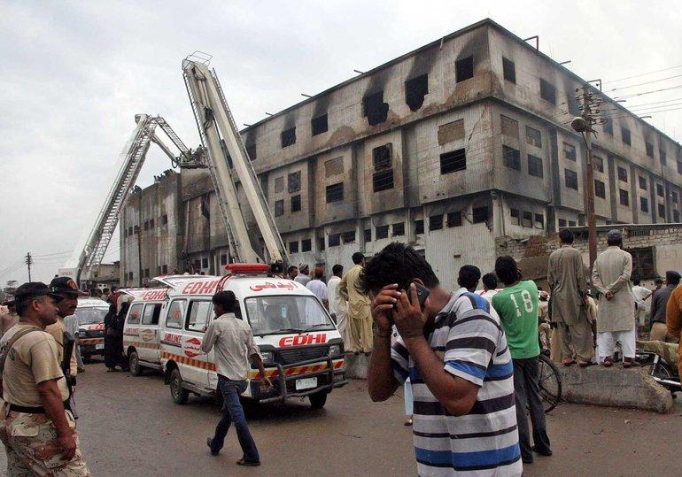 Tödliche Falle – die Textilfabrik Ali Enterprises in Karatschi nach dem Brand am 11. September 2012