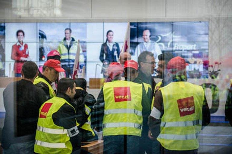 Ganz entspannt: Zum Aufwärmen gehen die Streikenden am Frankfurter Flughafen ins Fraport-Verwaltungsgebäude