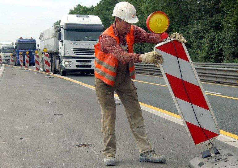 Mindestens 18.000 der insgesamt 30.000 Beschäftigten in den Straßenbauverwaltungen der Länder müssen um ihren Arbeitsplatz bangen