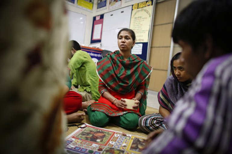 Textilarbeiterin Akki, 36, spielt im Frauencafé der Awaj-Stiftung in Mohakali nach der Arbeit mit Kolleginnen Parcheesi