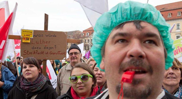 Ärzte, Krankenschwestern und weitere Beschäftigte aus Diakonie und Kirchen streiken