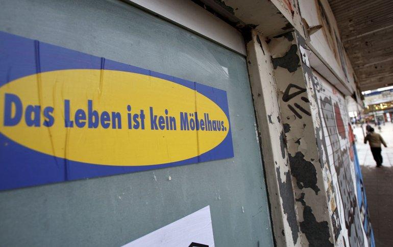 IKEA – Protestschild: Das Leben ist kein Möbelhaus