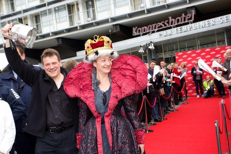 Beschäftigte vom Staatstheater Saarbrücken auf ver.dis Rotem Teppich bei den Tarifverhandlungen in Potsdam