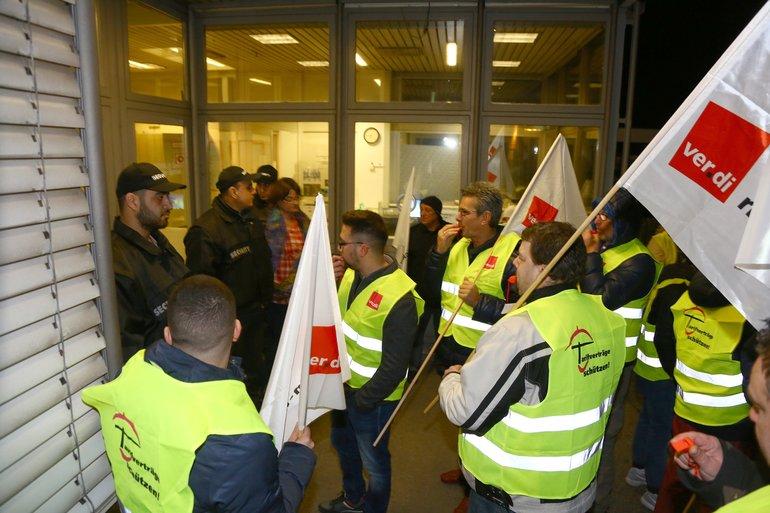Sicherheitsleute ließen die Beschäftigten nicht wieder ins Gebäude