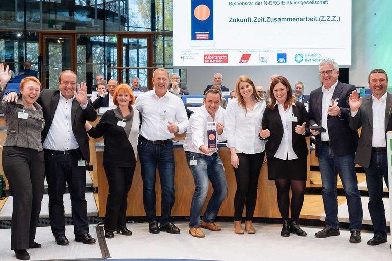 Der Betriebsrat der N-Ergie AG Nürnberg freut sich über seinen Betriebsräte-Preis in Bronze.