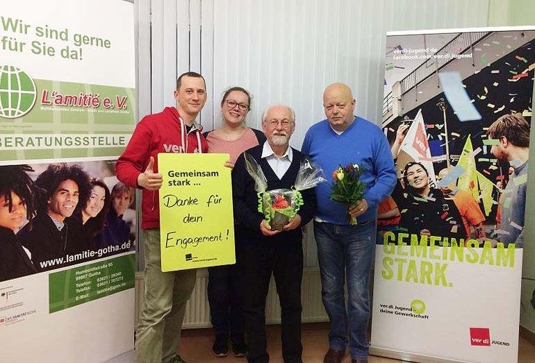Auf dem Foto von links: ver.di-Jugendsekretär Hannes Gottschalk, Katharina Bolz, ebenfalls ver.di Jugend Thüringen, Günter Schulz und Ernst-Martin Stüllein, der Vorsitzende des Gothaer Vereins L´amitié