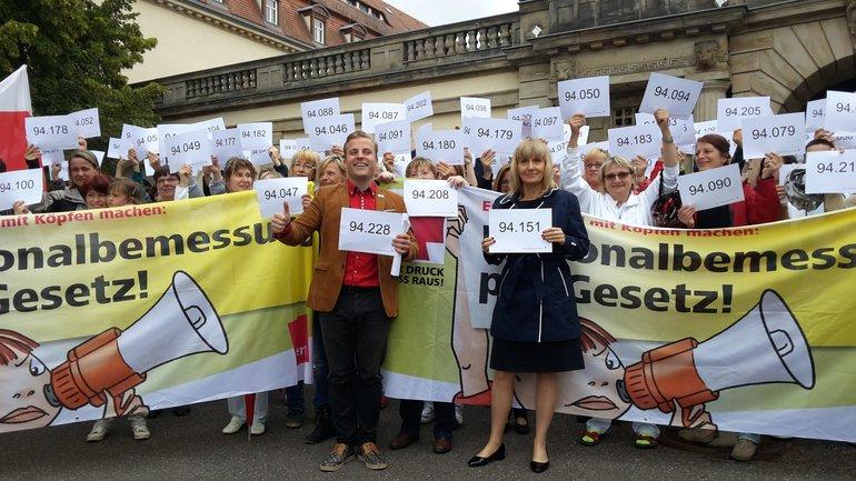 Vor dem Klinikum St. Georg in Leipzig machten sich Beschäftigte beim ver.di-Aktionstag für eine gesetzliche Personalbemessung stark.