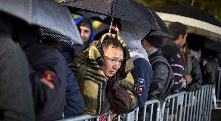 Vor dem Berliner Landesamt für Gesundheit und Soziales reißt die Schlange der wartenden Flüchtlinge nicht ab