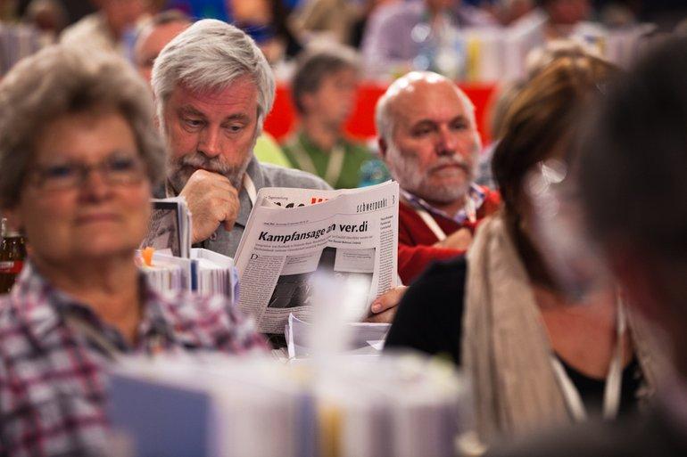 Personengruppe mit Zeitung