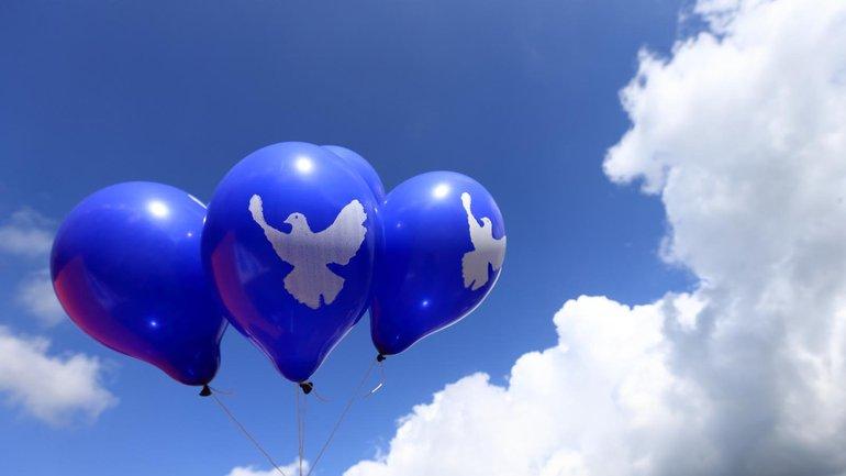 Luftballon mit Friedenstauben