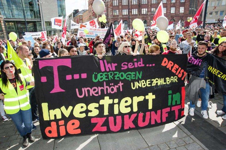Bundesweit sind gut 12.500 Telekom-Beschäftigte im Warnstreik, insbesondere in den Kundenservice- und Technik-Bereichen.