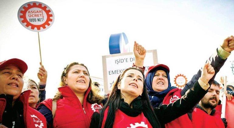 Klinikbeschäftigte vor dem Maltepe-Krankenhaus