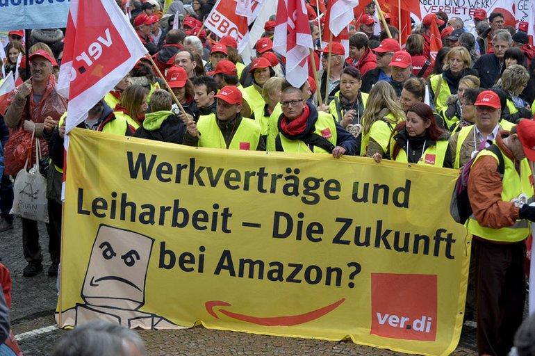 Amazon-Beschäftigte auf der Demonstration gegen Lohndumping