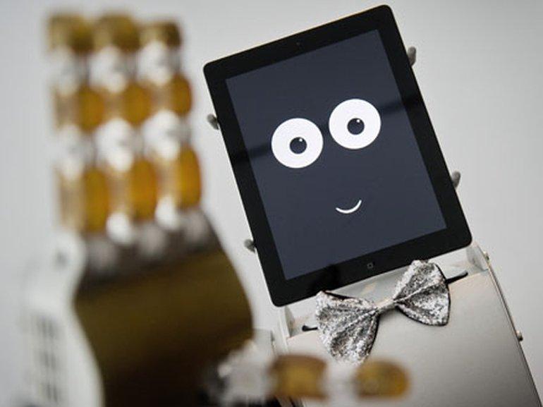 Roboter-Butler James soll auch auf die sozialen Bedürfnisse seines Gegenübers eingehen. Er steht im Projektraum des Münchener Fortiss-Institutes für Hightech-Forschung.