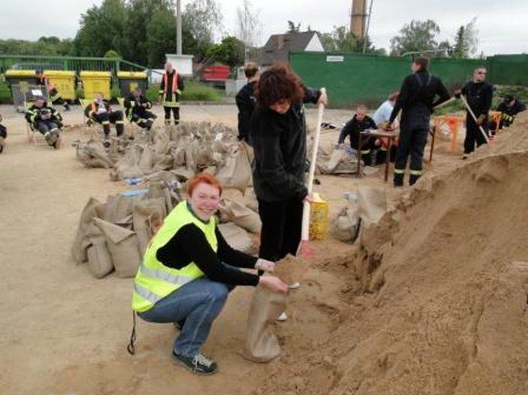 Die geplante ver.di-Urlaubsaktion in Halle am 5. Juni fiel wegen Hochwassers aus - stattdessen halfen die vielen Freiwilligen beim Füllen der Sandsäcke.