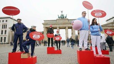 """Menschen nehmen am 18.März 2016 an einer Kundgebung des Deutschen Frauenrats, des Sozialverbands Deutschland und des DGB zum Equal Pay Day """"Recht auf mehr!"""" vor dem Brandenburger Tor in Berlin teil"""