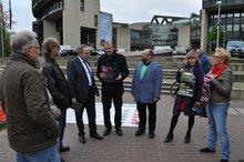 Aktivisten überreichen am 6. April 2017 NRW-Landesfinanzminister Norbert Walter-Borjans (SPD) die Forderungen des Bündnisses