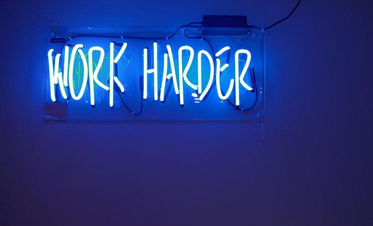 """Härter arbeiten ist das neue """"Jeder ist seines Glückes Schmied"""". Gewerkschaften sehen dagegen im gemeinsamen Handeln die Stärke in der Arbeitswelt"""