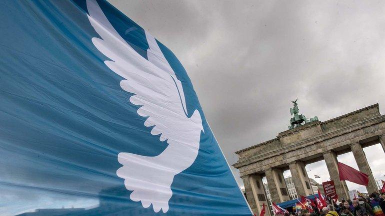 Entspannungspolitik jetzt! Demonstration für Frieden vor dem Brandenburger Tor in Berlin