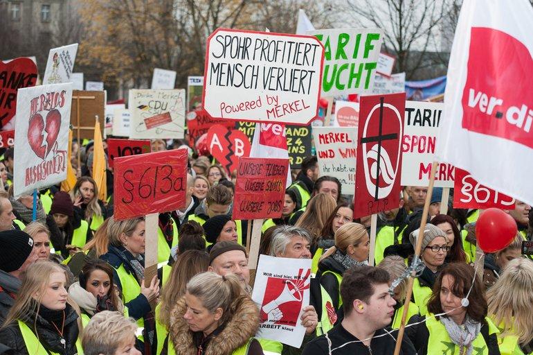Rund 2.000 Menschen kamen zur Kundgebung der Air Berlin: Mitarbeiter, Freunde, Unterstützer